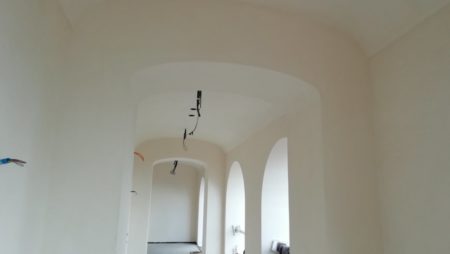 A Tuscan villa with curved shapes – the arched hallways